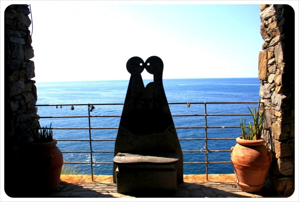 Via dell'amore lovers sculpture