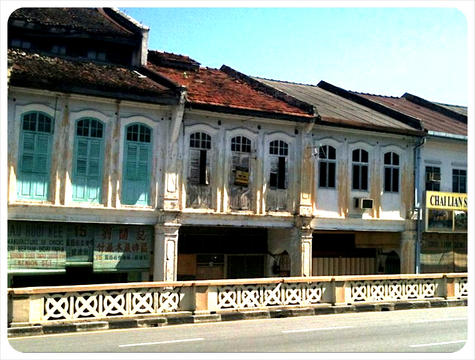 crumbling houses in ipoh