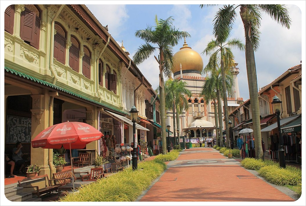 kampong glam street with sultan mosque